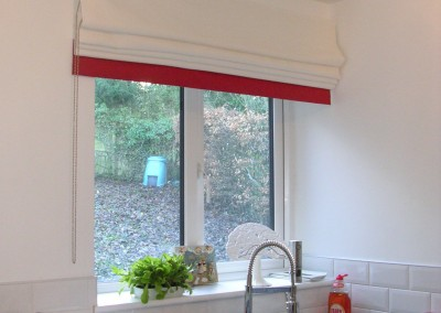 Roman blind with scarlet border